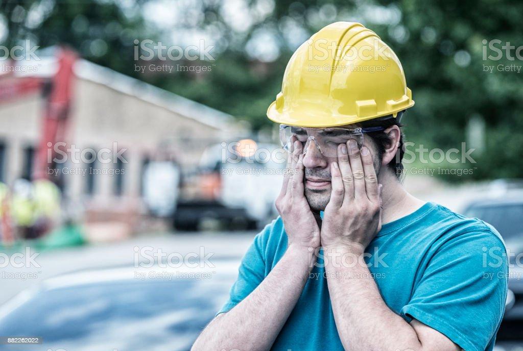 Müde junge Mann Blue Collar Arbeiter seine Augen reiben – Foto