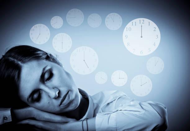 Duerme harta joven en blanco. Concepto de sueño y el tiempo. - foto de stock