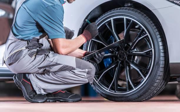 inspeção de pneus e rodas - garage - fotografias e filmes do acervo
