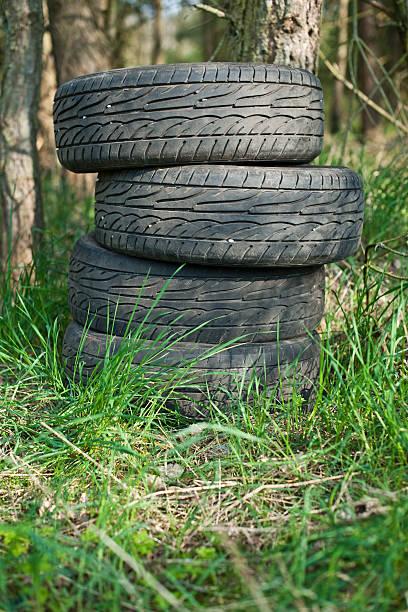 Tires a la izquierda en el bosque, - foto de stock