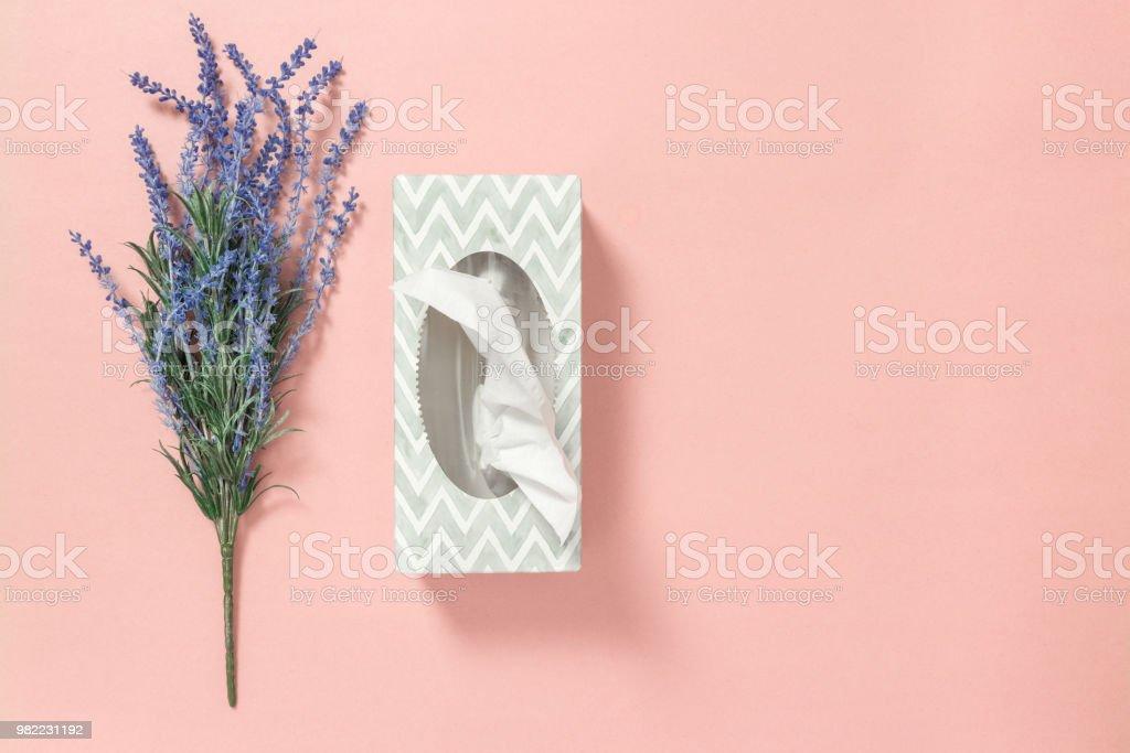Lavanda azul y caja de tejido sobre fondo rosa - foto de stock