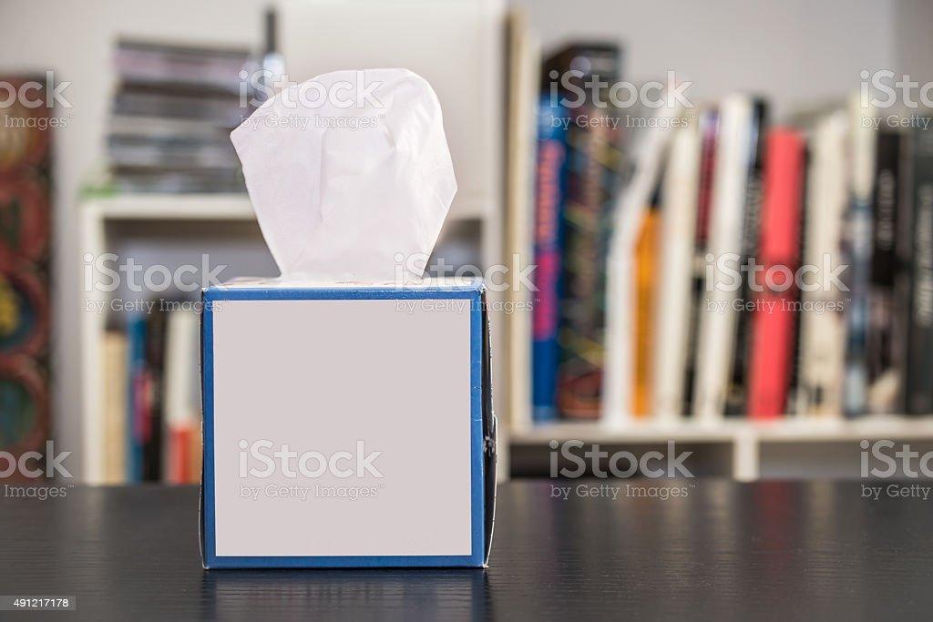 Caja de tejido sobre una mesa en casa - foto de stock