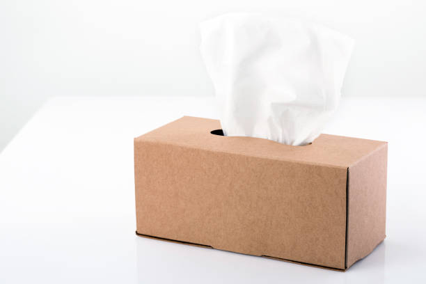 Tissue paper in container on table - foto de stock