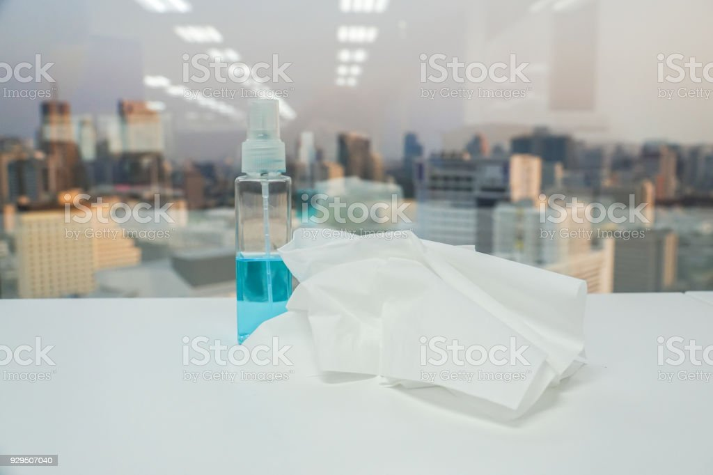 folha de papel de tecido com garrafa de álcool sanitário azul para limpeza - foto de acervo