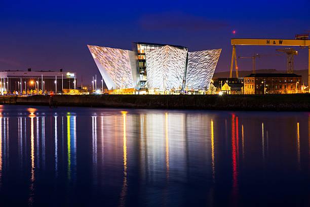 Titanic centro de visitantes de toma la noche - foto de stock