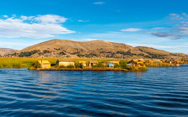 ペルーのチチカカ湖の浮島 - タキーレ島 ストックフォトと画像