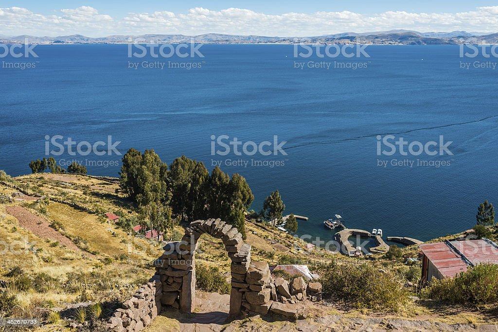 チチカカ湖タキーレ島からペルーのアンデス山脈プーノペルー - アルティプラノのロイヤリティフリーストックフォト