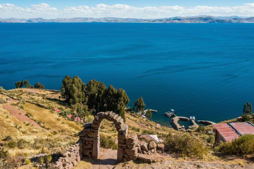 チチカカ湖タキーレ島からペルーのアンデス山脈プーノペルー - アルティプラノのストックフォトや画像を多数ご用意