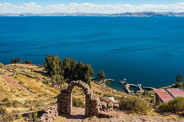 チチカカ湖タキーレ島からペルーのアンデス山脈プーノペルー - タキーレ島 ストックフォトと画像