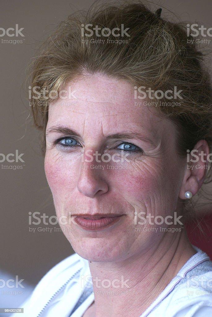 30 a 40 anni di donna con occhi azzurri, sorridente foto stock royalty-free