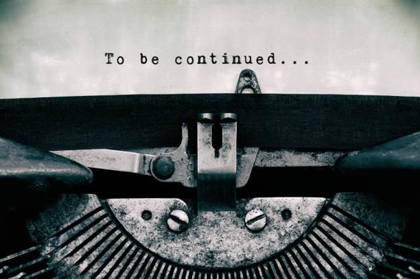weitere worte auf einer vintage schreibmaschine getippt - storytelling fotos stock-fotos und bilder
