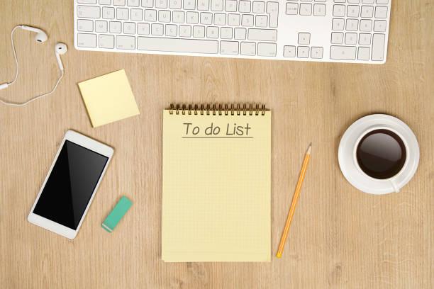 Para listar o bloco de notas em cima da mesa - foto de acervo