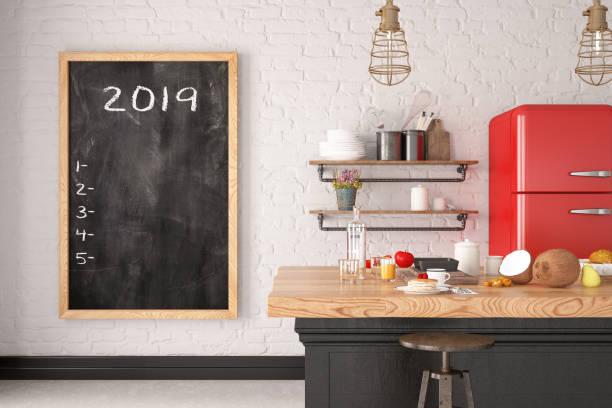 2019 to do-liste am schwarzen brett in der küche - menüplanung vorlagen stock-fotos und bilder