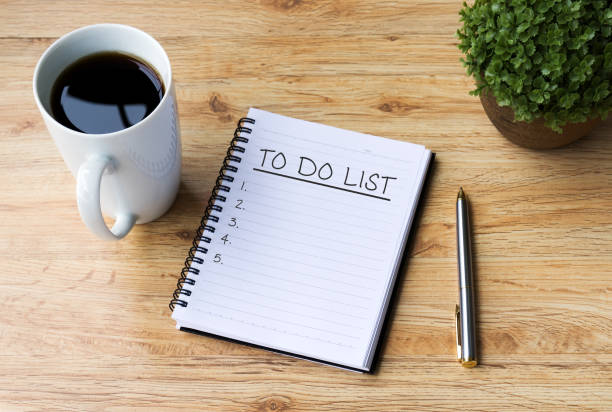 커피와 사무실 책상에 펜과 노트 패드에 명부 - 일과 뉴스 사진 이미지