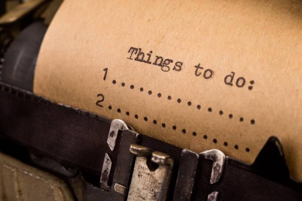 Para fazer a lista digitado na máquina de escrever - foto de acervo