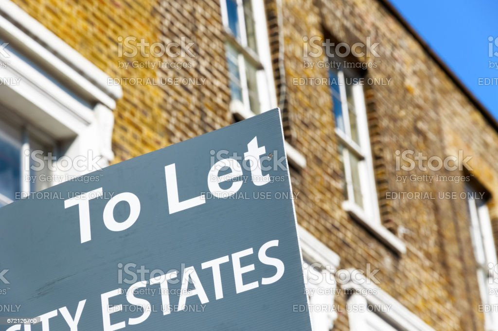 Agencia de la propiedad de dejar señalizado fuera inglés terrazas casas en álamo, Londres del este - foto de stock