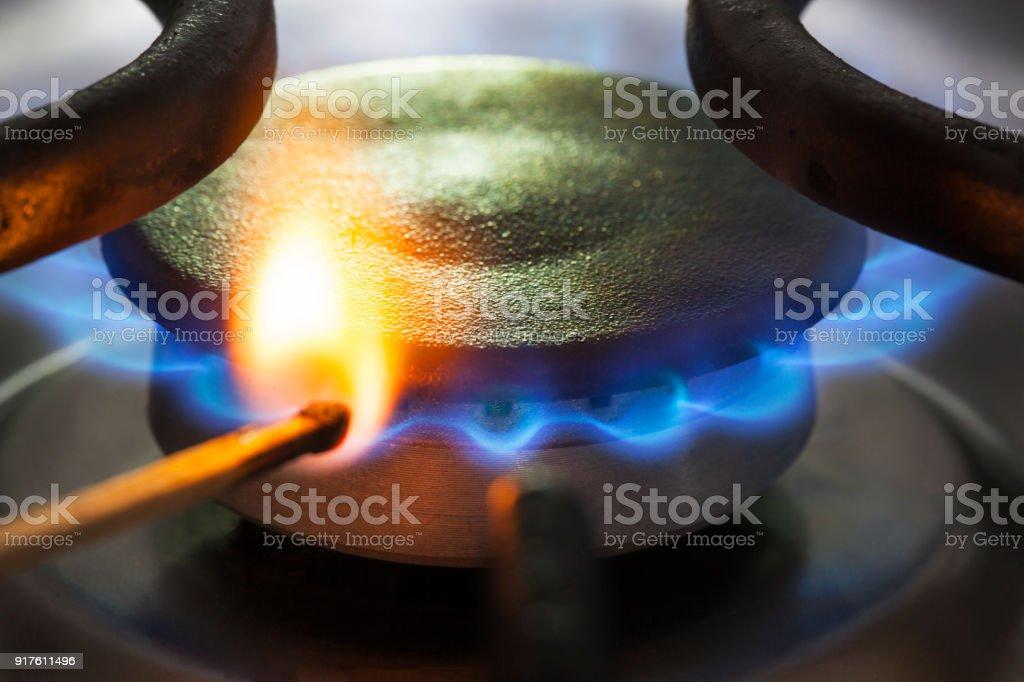 Aan het licht van een brander aardgas met een wedstrijd foto