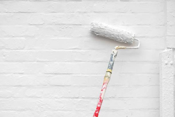 壁を白く塗ること - ペンキ屋 ストックフォトと画像