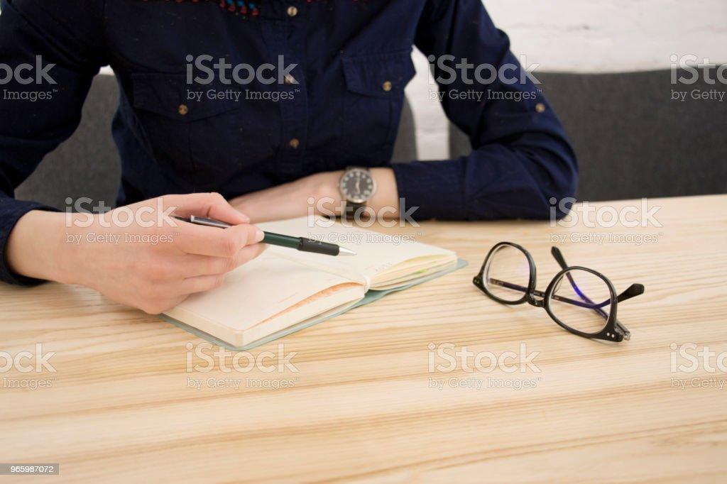 Att skriva vid bordet - Royaltyfri Blyertspenna Bildbanksbilder