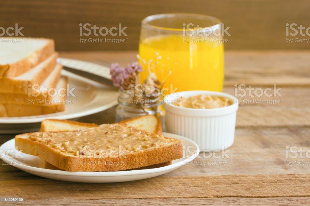 Pain Toast Avec Beurre De Cacahuete Maison Servi Avec Jus Dorange