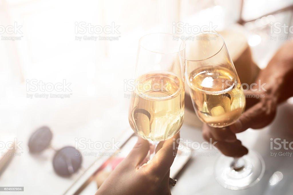 Tostadas Saludos bebidas alcohólicas concepto de celebración de fiesta - foto de stock