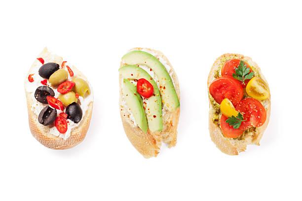 Brindate panini con avocado e pomodori e olive - foto stock