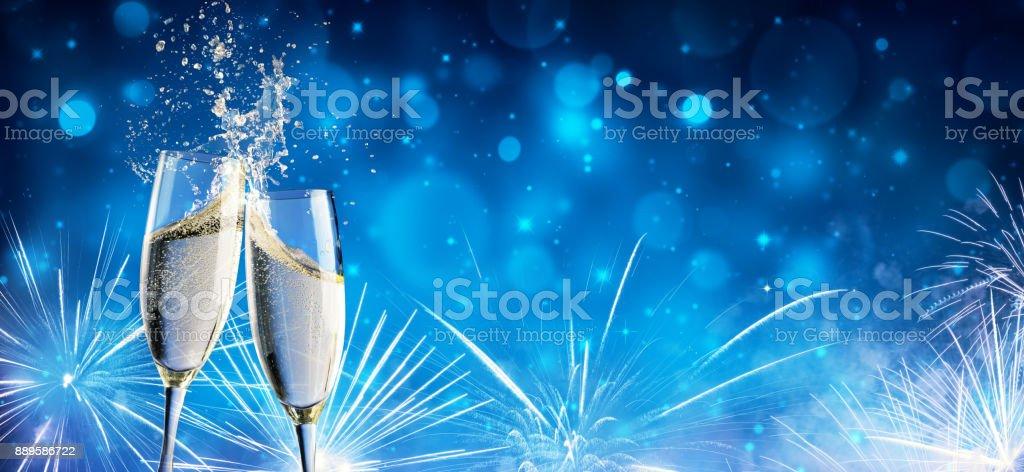 Toast mit Champagner und Feuerwerk In glänzenden Nacht – Foto