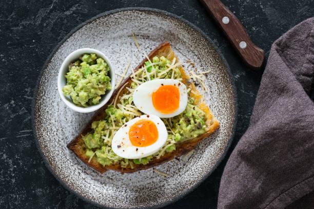 toast mit ei und avocado guacamole-draufsicht - zimt gurken stock-fotos und bilder