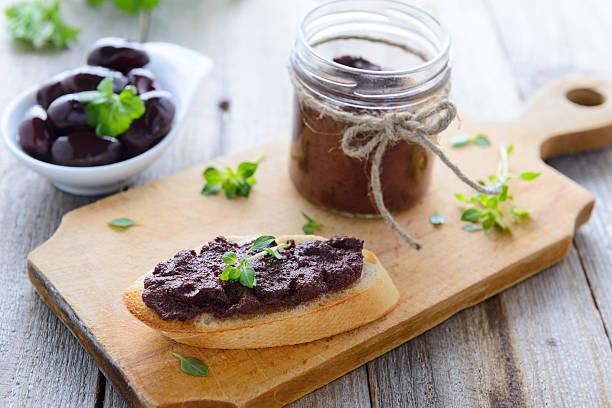 Toast mit paste aus schwarzen Oliven und Basilikum – Foto