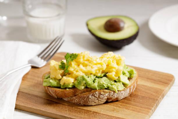 Toast mit zerschlagener Avocado und Rührei – Foto