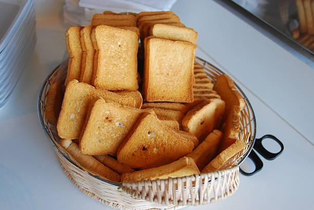 fette di pane tostato - fette biscottate foto e immagini stock