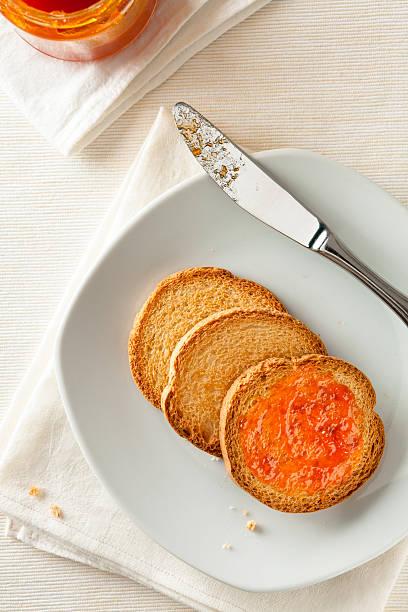 pane tostato con marmellata di albicocche - fette biscottate foto e immagini stock