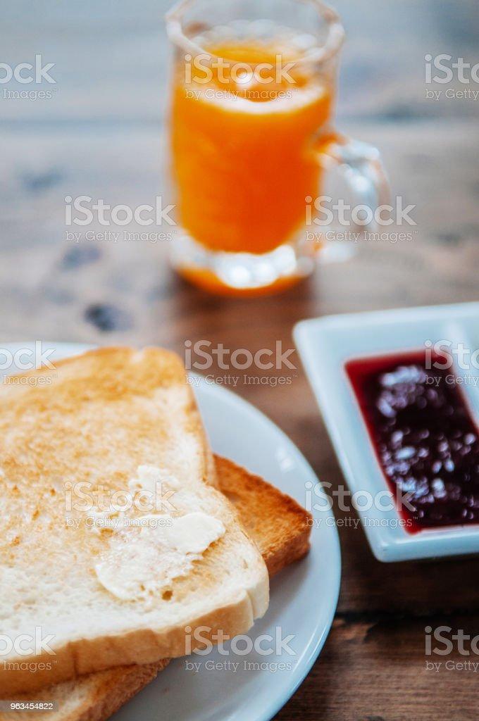 tost ekmeği tereyağı, meyve reçel ve bir bardak portakal suyu. atış kapatın - Royalty-free Ahşap Stok görsel