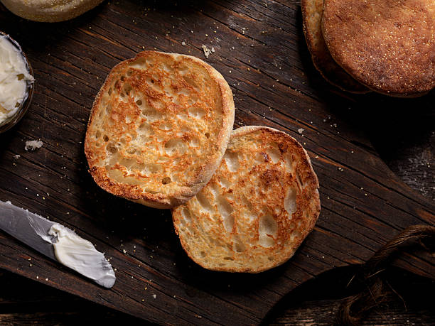 tostato muffin con burro - muffin foto e immagini stock