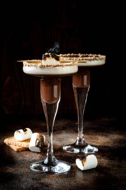 geröstete smores martini mit schokolade likör, sahne, eibisch und graham cracker felge - schokolikör stock-fotos und bilder