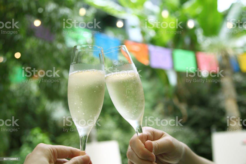 ガーデン パーティーで乾杯 ストックフォト