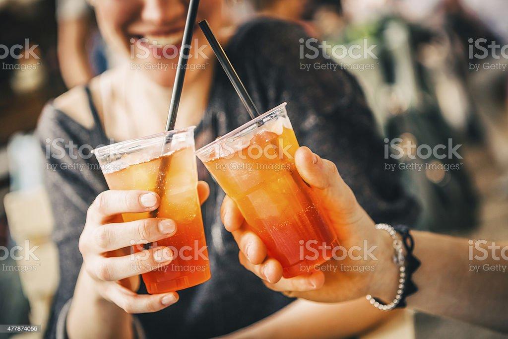 Anstoßen mit Aperitif im Außen-Café – Foto