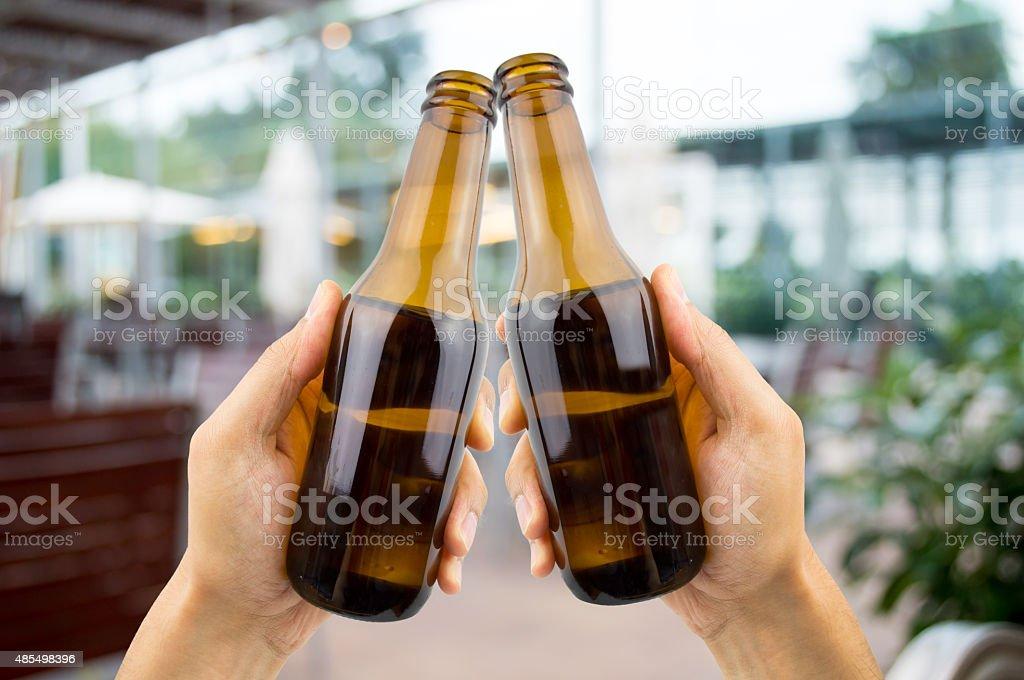 Brindis Con Una Cerveza En El Bar De La Terraza Foto De