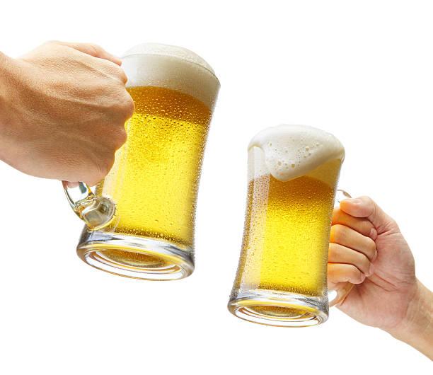 Brindis con cervezas - foto de stock