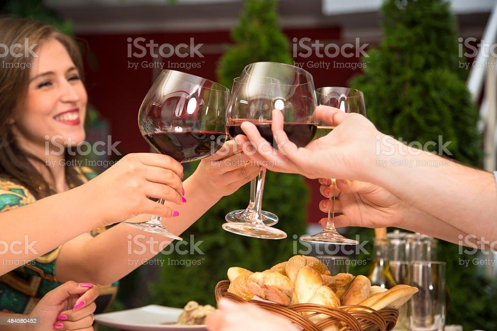 Anstoßen mit Wein und Feiern. – Foto