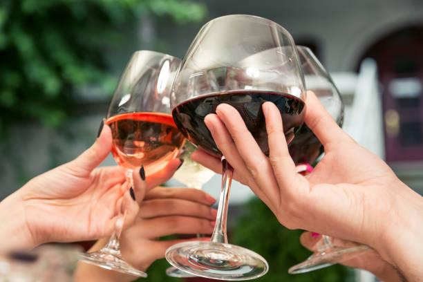 Toasten mit Wein. – Foto