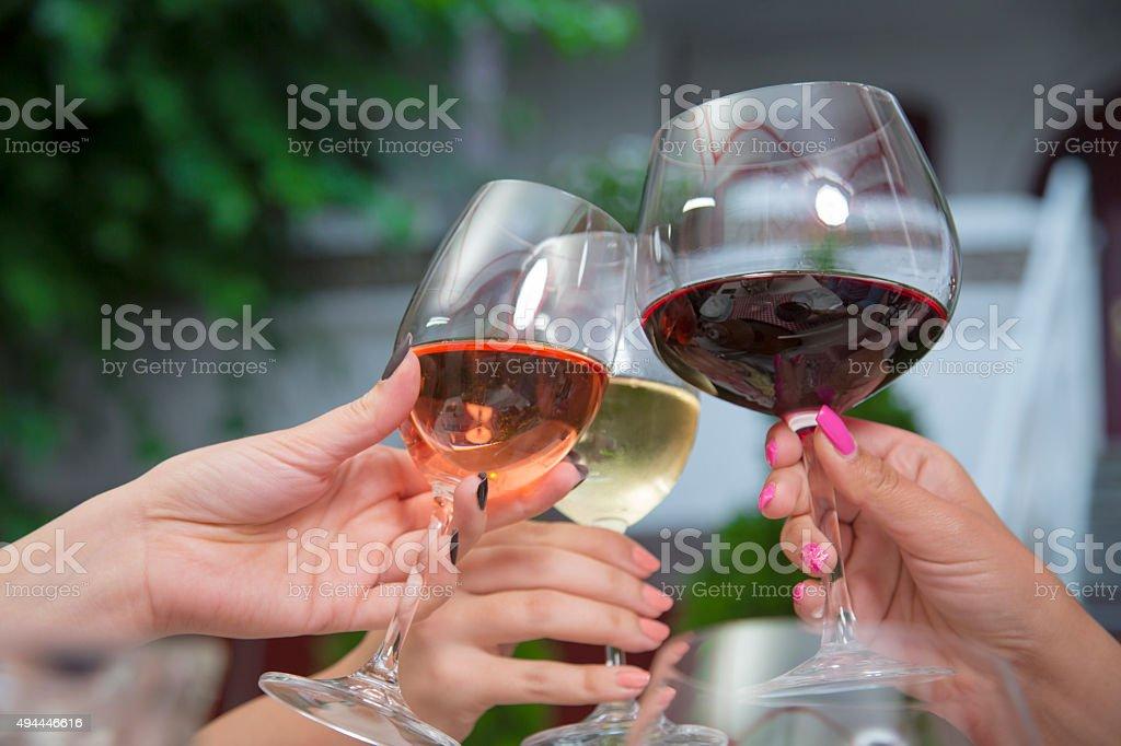 Anstoßen mit Wein. – Foto