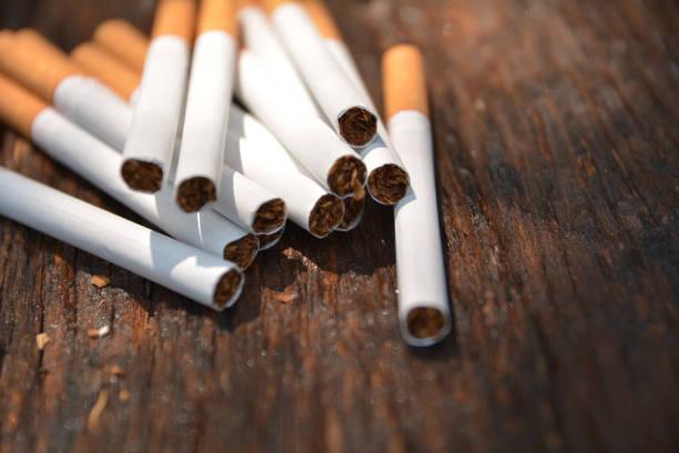 Tabak-Zigaretten auf hölzernen Hintergrund – Foto