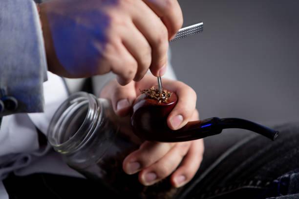 pipa de tabaco - gerardo huitrón fotografías e imágenes de stock