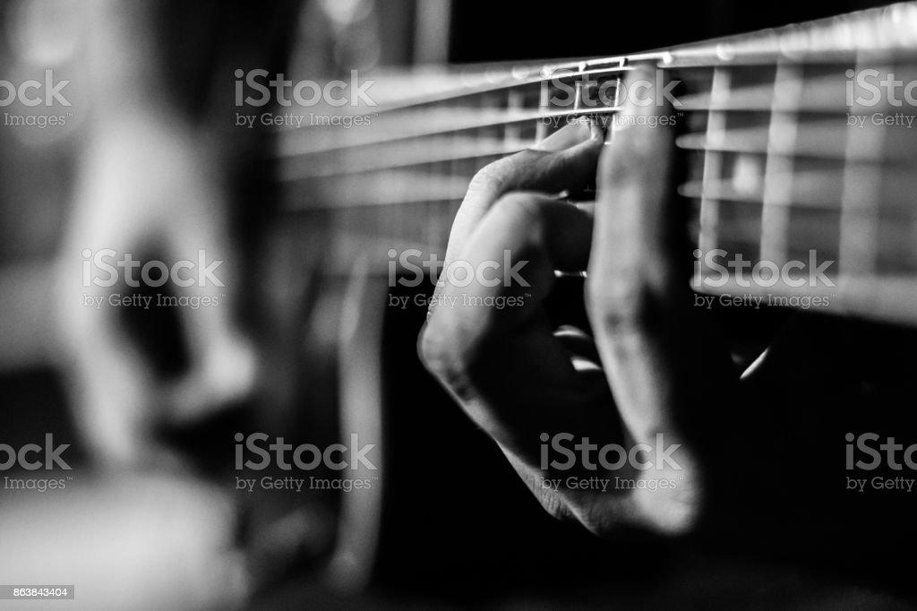 Tocando Violão - foto de acervo