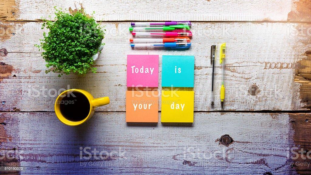 Heute ist der Tag, handgeschriebene Nachricht auf Klebezettel – Foto