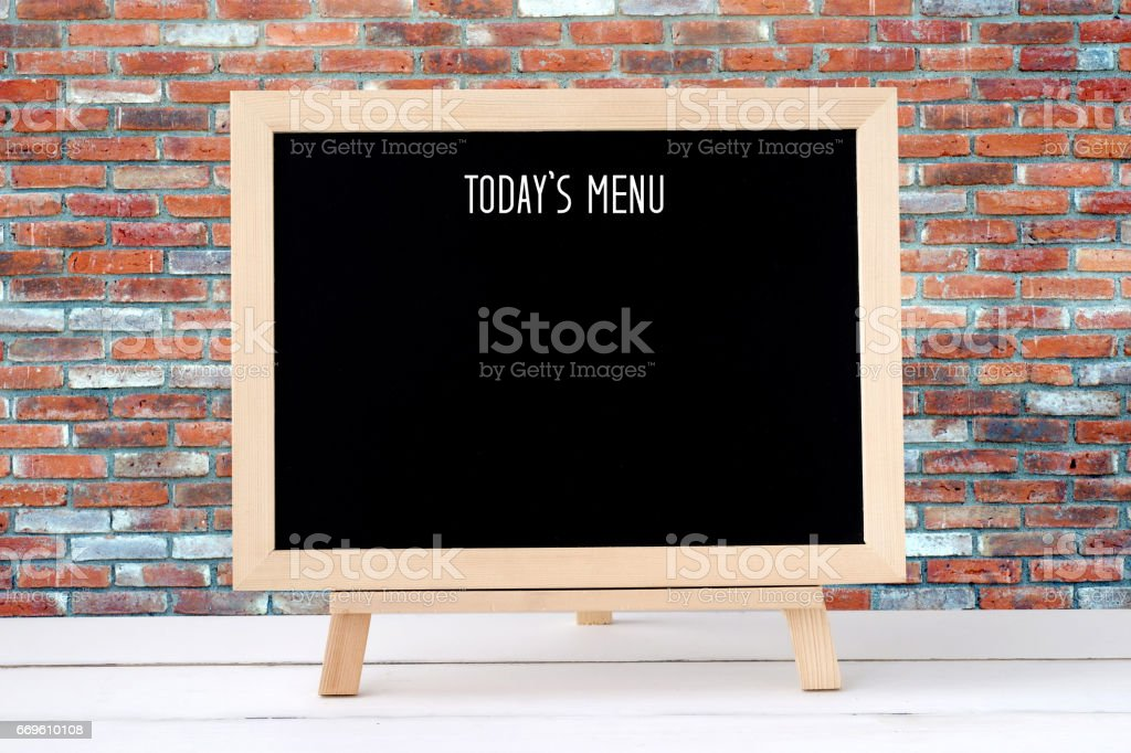 Heutige Menü auf leere Tafel über Ziegel Wand Hintergrund, Essen und trinken listenhintergrund – Foto