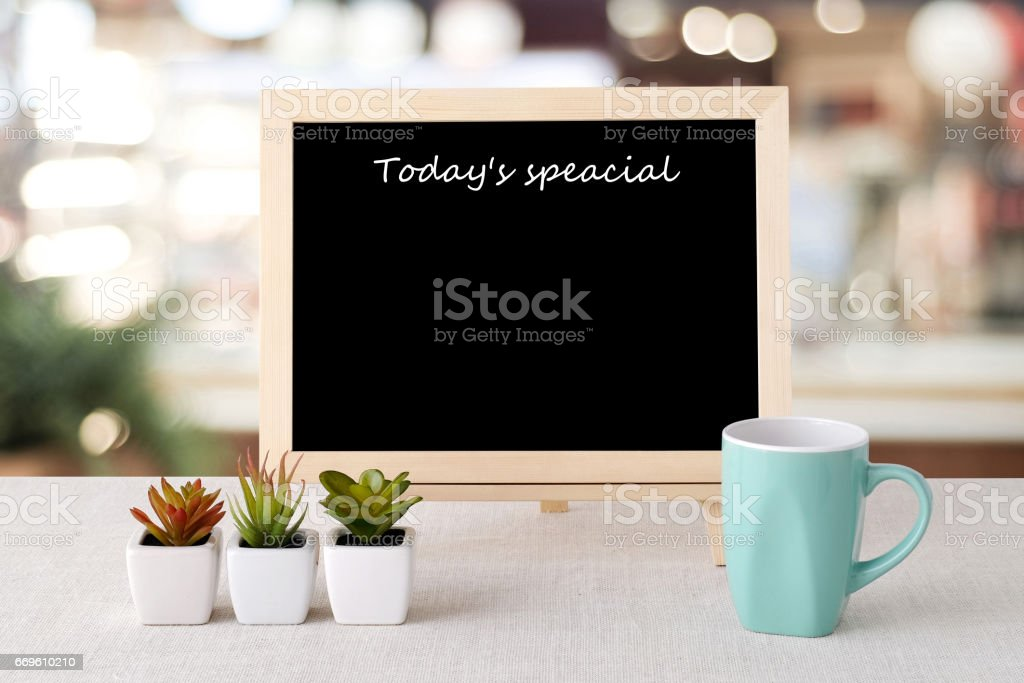Today's special on blank chalk board over blur restaurant background, food and drinks list background – Foto