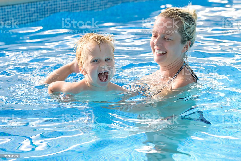 toddler and mother having great time in a swiming pool foto royalty-free