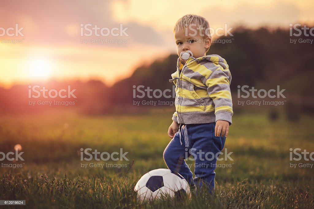 Toddler and the ball – Foto